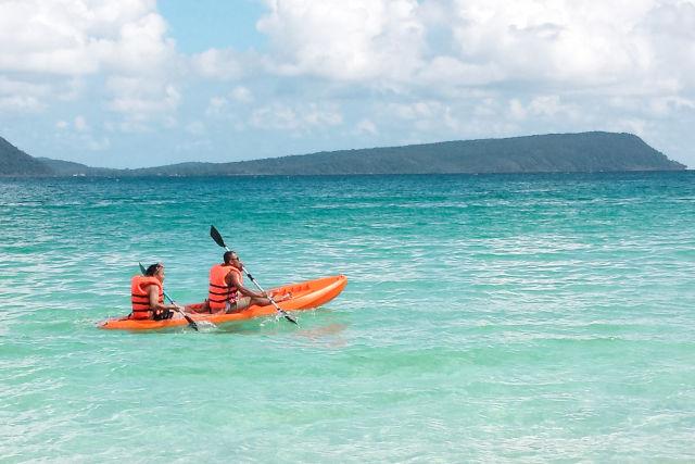Kayak en mer au Cambodge.
