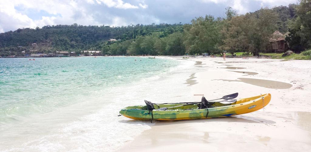 Kayak sur la mer au Cambodge.