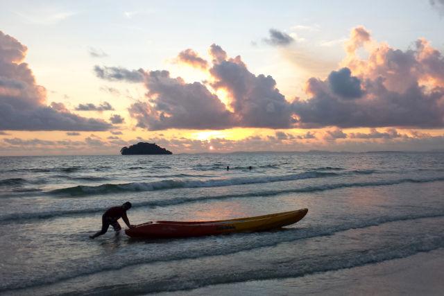 Coucher de soleil sur la plage au Cambodge.