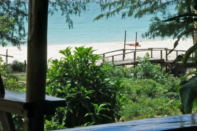 Hôtel au bord d'une plage paradisiaque au Cambodge.
