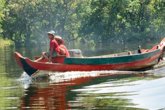 Villageaois cambogiens sur un bateau.