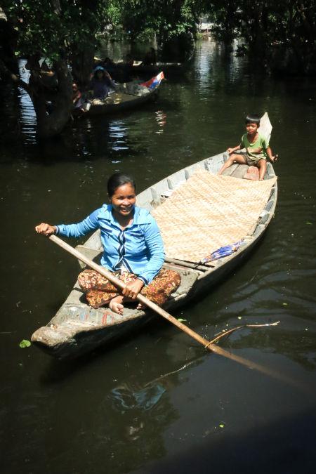 Femme cambodgienne sur un bateau.