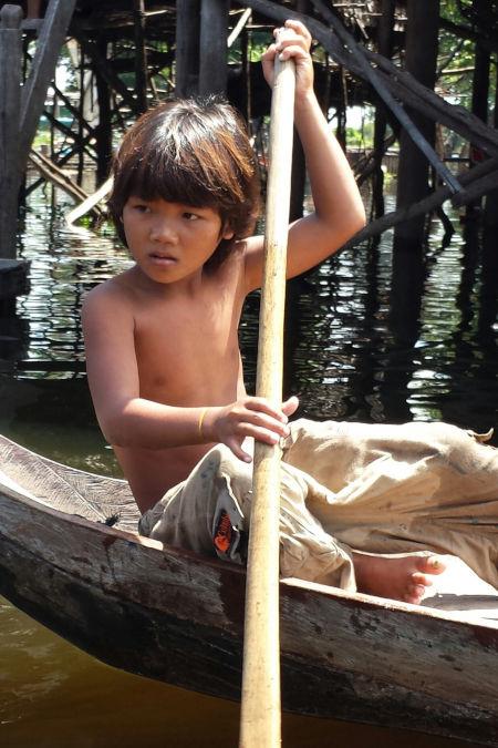 Enfant cambodgien sur un bateau.