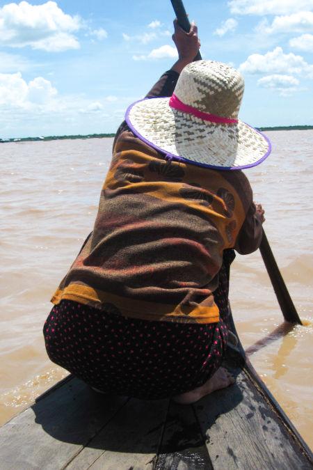 Femme sur une barque au Cambodge.