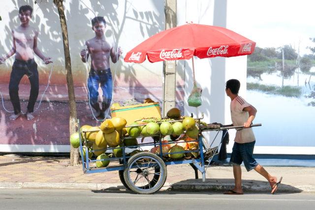 Marchand de coco ambulant au Cambodge.