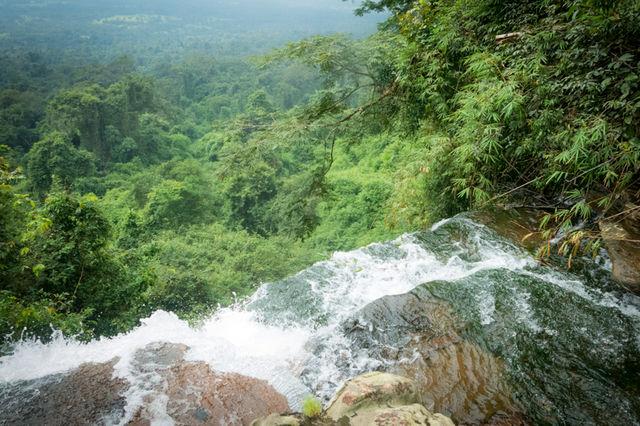 Chute d'eau dans la jungle à Chi Phat au Cambodge.
