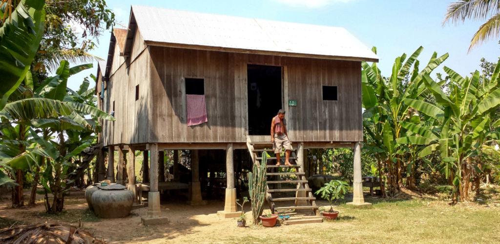 Maison en bois sur piloti dans l'est du Cambodge.
