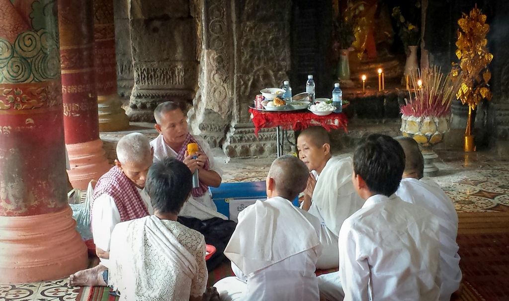 Moines dans un temple de Kampong Cham au Cambodge.