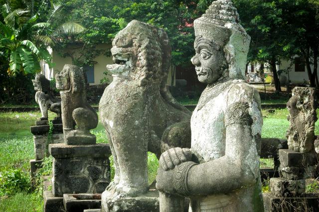 Statues dans un temple à Kampong Cham au Cambodge.
