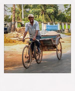 Homme à vélo au Cambodge.