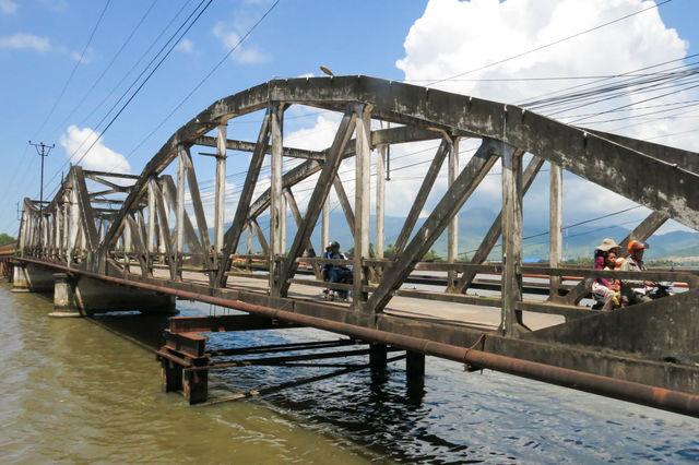 Pont à Kampot au Cambodge.
