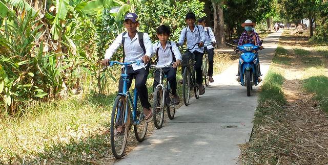 Ecoliers à vélo au Cambodge.