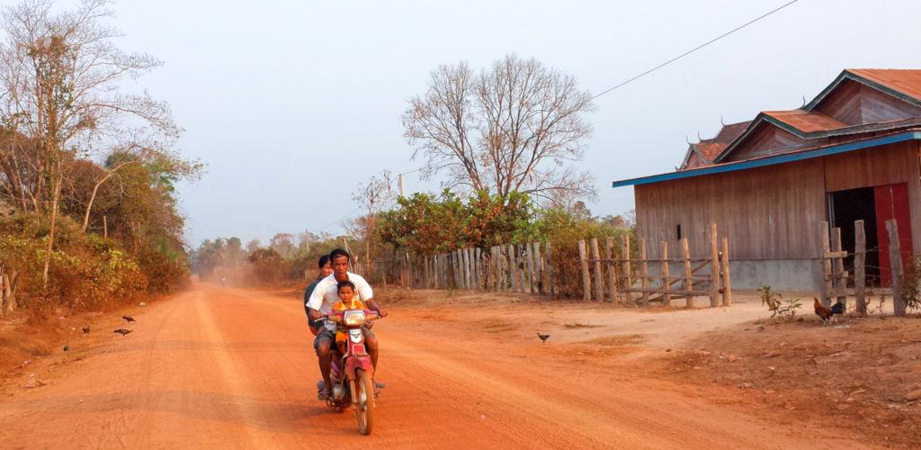 Piste de terre rouge à Mondolkiri au Cambodge.