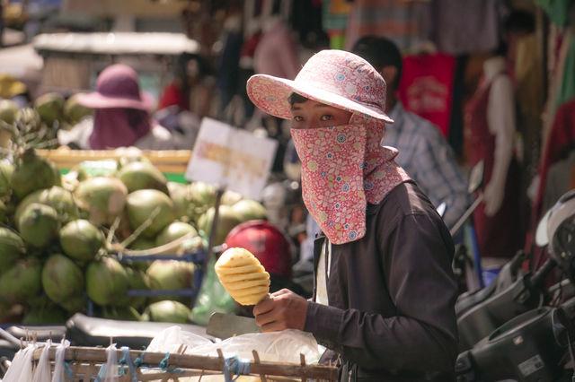 Vendeurs de rue à Phnom Penh au Cambodge.