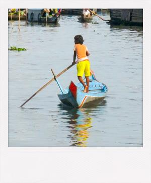 Enfant naviguant sur le lac Tonlé Sap au Cambodge.