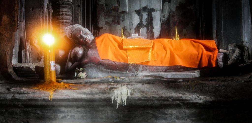 Statue de Buddha couché dans un temple au Cambodge.