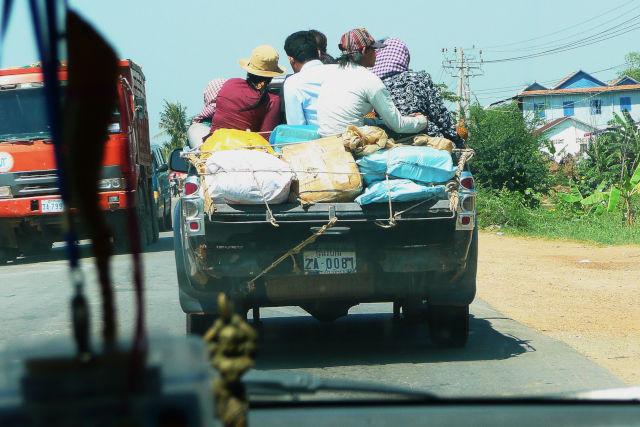 Véhicule surchargé sur une route au Cambodge.