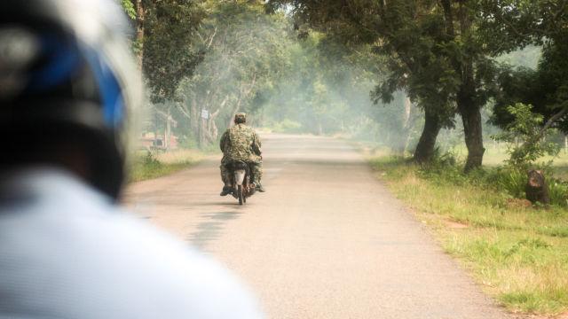 Moto sur une route au Cambodge.