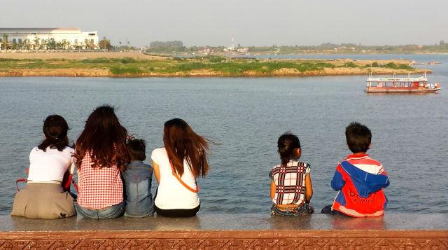 Enfants cambodgiens regardant la mer.
